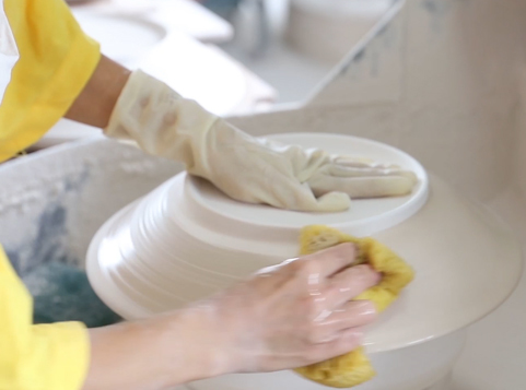 The manufacturing process of making perfect porcelain tableware: Hand polished and washing